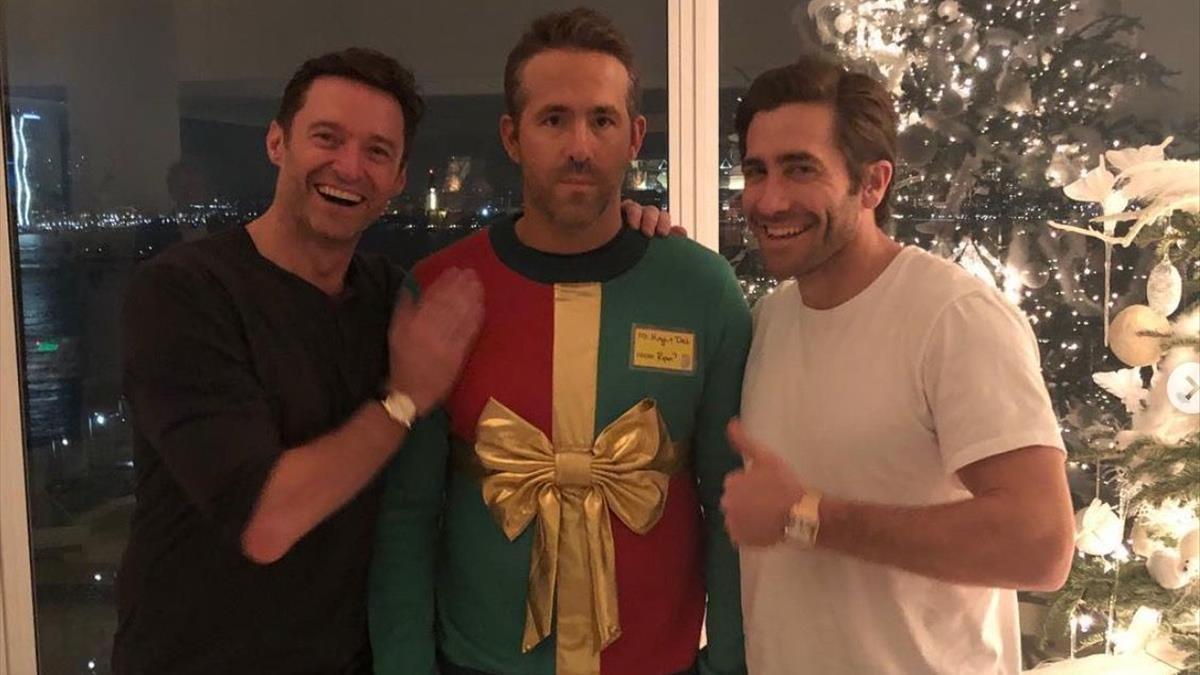 Hugh Jackman y Jake Gyllenhaal le jugaron una broma a Ryan Reynolds y su suéter navideño en diciembre del 2018.