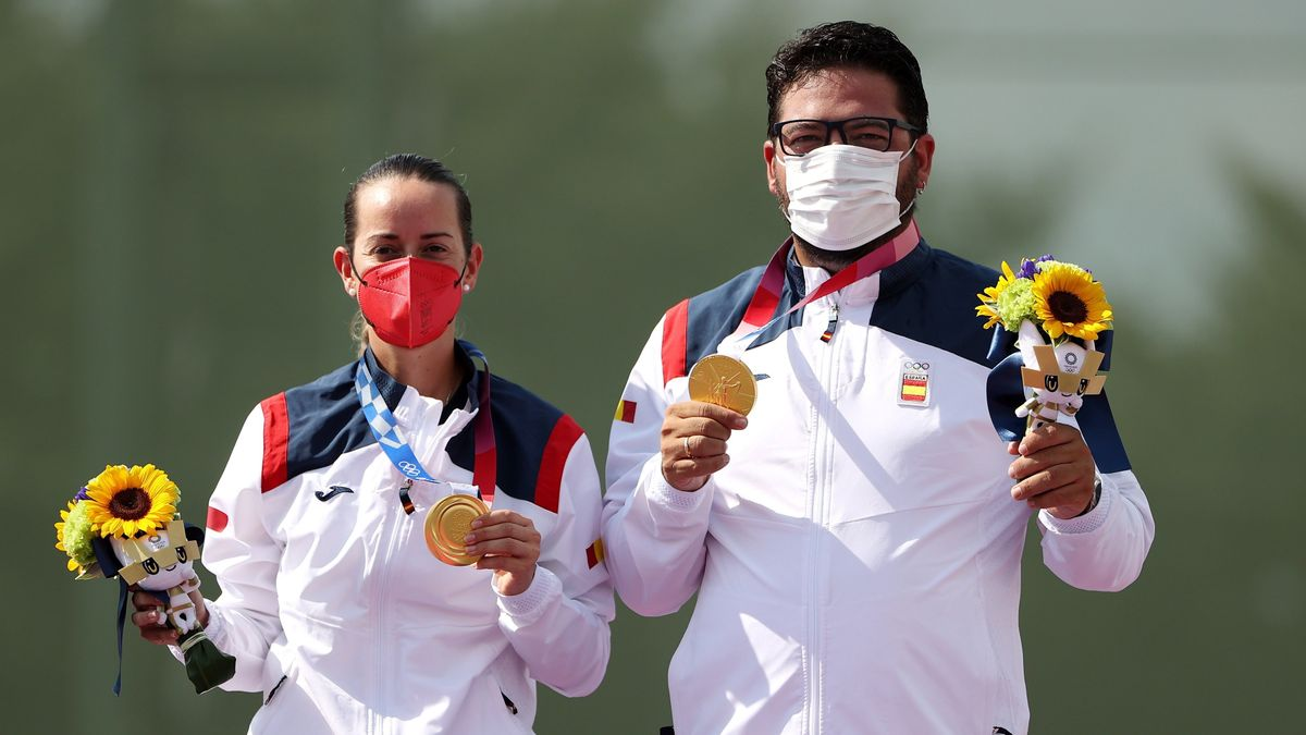 Tokyo (Japan), 31/07/2021.- Fatima Galvez (L) and Alberto Fernandez (R) of Spain celebrate their gold medal for the Trap Mixed Team in the Shooting events of the Tokyo 2020 Olympic Games at the Camp Asaka in Nerima, Tokyo, Japan, 31 July 2021. (Japón, España, Tokio) EFE/EPA/FAZRY ISMAIL