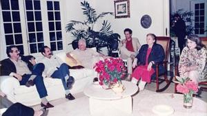Carmen Balcells, en la mecedora, conversa con, de izquierda a derecha, Norberto Fuentes,Carlos Aldana (secretario ideológico del Partido Comunista de Cuba), Armando Hart (ministro de cultura), el cineasta brasileño Ruy Guerra y Vilma Espín (mujer de Raúl Castro), en la casa de García Márquezen La Habana.