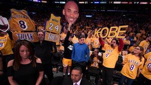 Ambiente conmovedor en el Staples Center en honor de Kobe.