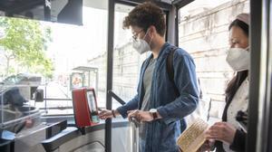 Barcelona permet pagar el bitllet senzill de bus amb targeta de crèdit