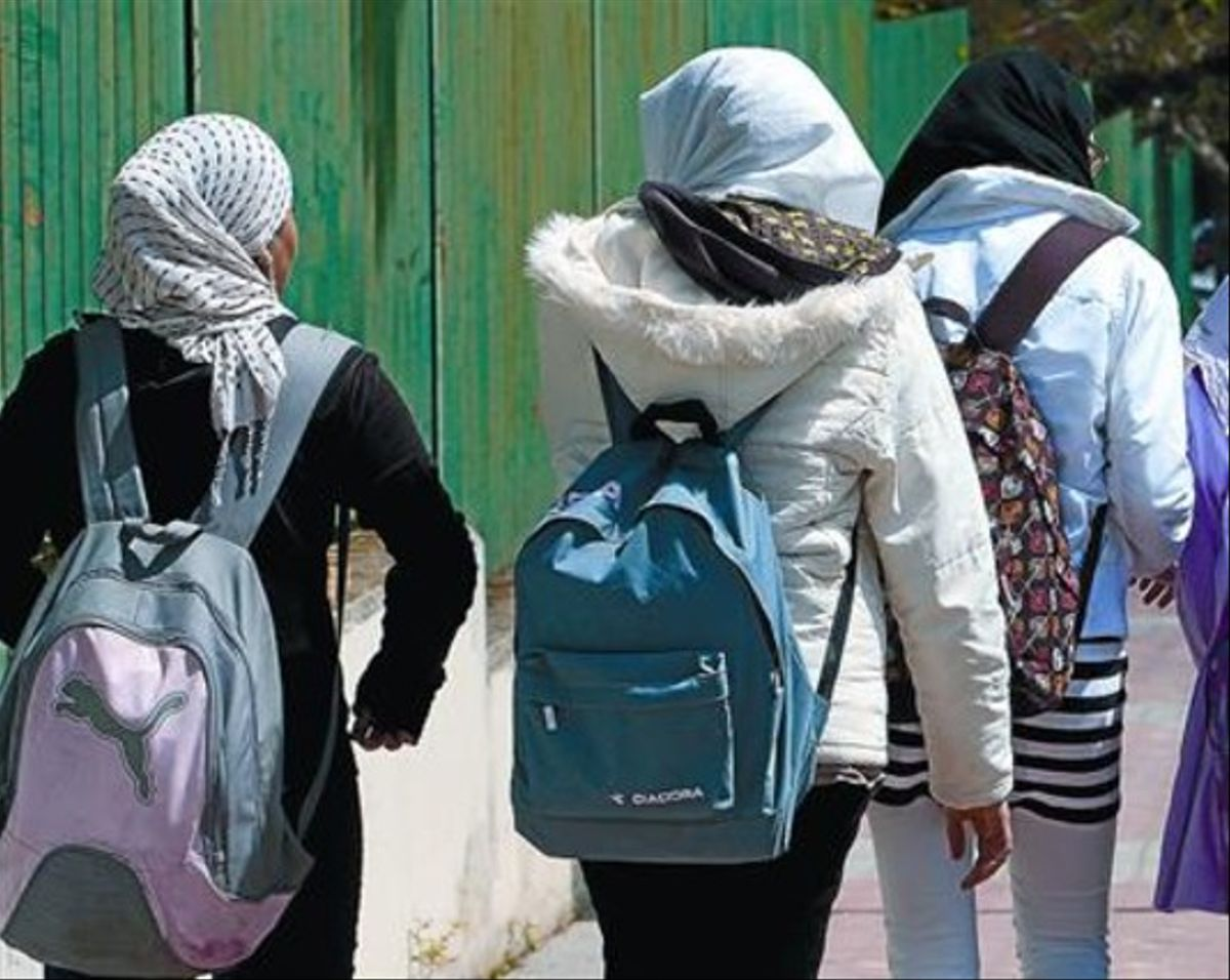 Un grupo de adolescentes de Pozuelo (Madrid) llevan hiyab en solidaridad con su compañera Najwa, en abril.