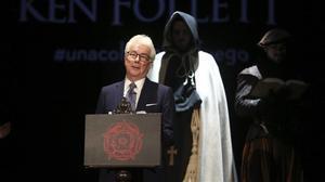 Ken Follet, en el teatro Infanta Isabel de Madrid, donde presentó 'Una columna de fuego'rodeado por actores que interpretaban a los personajes de la novela.