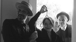 Los actores de Ferran Castells, Blanca Pàmpols y Josep Maria Mas, en 'Oques cretines'.