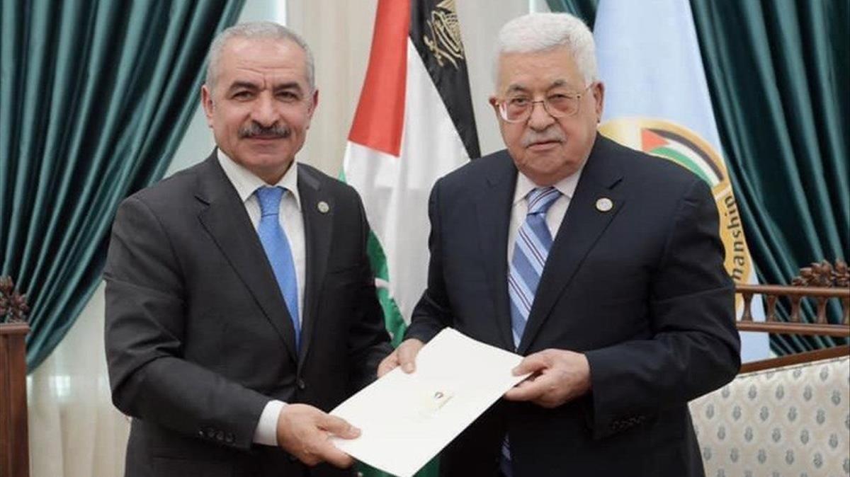 El presidente palestino, Mahmud Abás (derecha), junto al recién nombradoprimer ministro,Mohamed Shtayeh.
