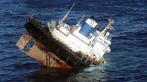 Imagen del 'Prestige', hundiéndose ante las costas gallegas, el 19 de noviembre del 2002.