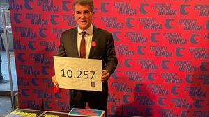 Joan Laporta  posa con el cartel anunciando las 10.257 firmas de apoyo recogidas para optar a ser candidato y presidir de nuevo el club azulgrana.