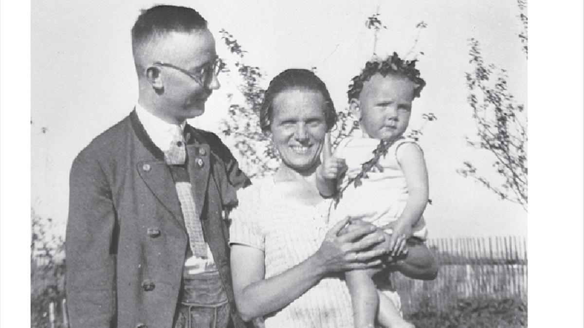 Heinrich Himmler, con su esposaMargay su hija Gudrun, en 1930.