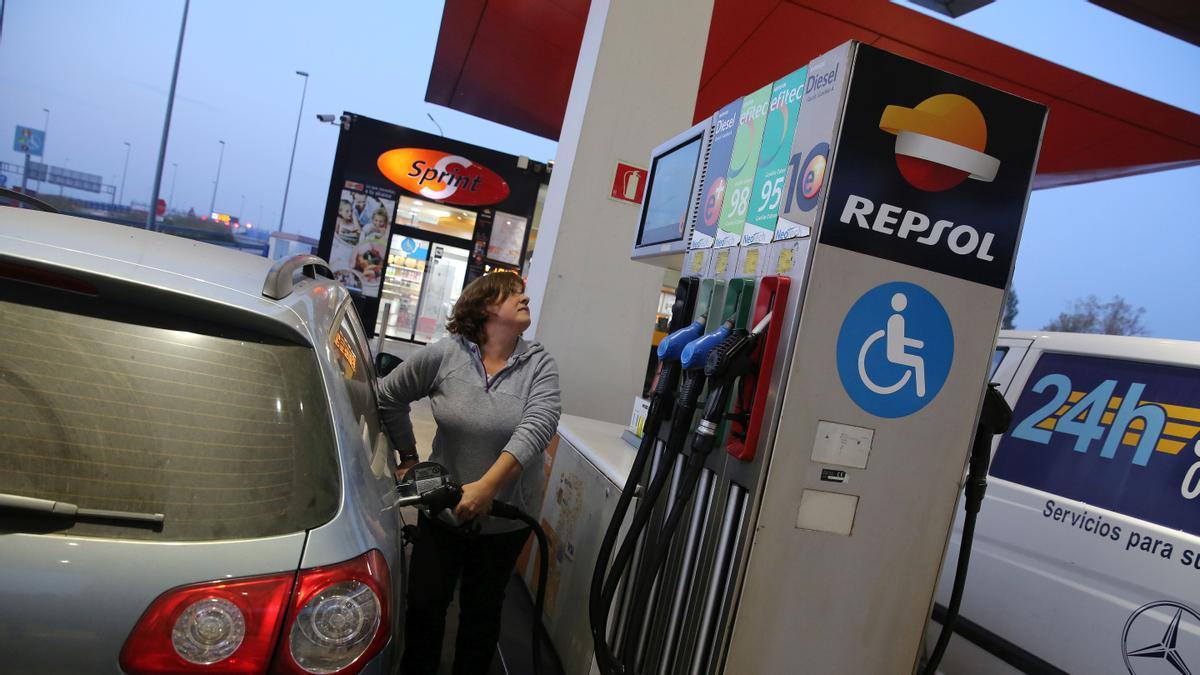 Una usuaria pone gasolina en su coche en la gasolinera de Molins de Rei