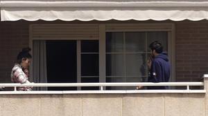 Una pareja, durante el confinamiento, en la terraza de su casa en Madrid.