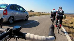 Un coche adelanta a un grupo de ciclistas, en Sant Quintí de Mediona.