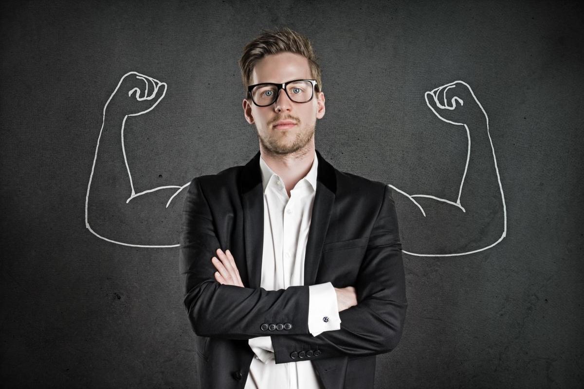 Un hombre de negocios con los brazos cruzados.