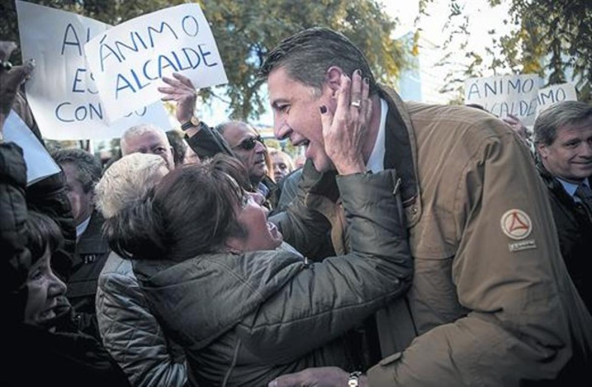 Xavier García Albiol recibe el apoyo de algunos seguidores a su llegada a la Ciutat de la Justícia.