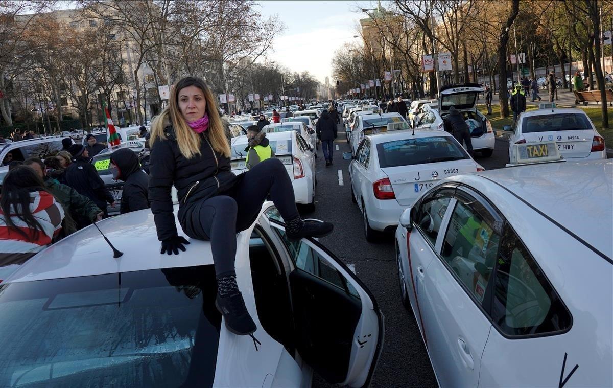 Taxistas madrileños durante una concentración en el Paseo de la Castellana.