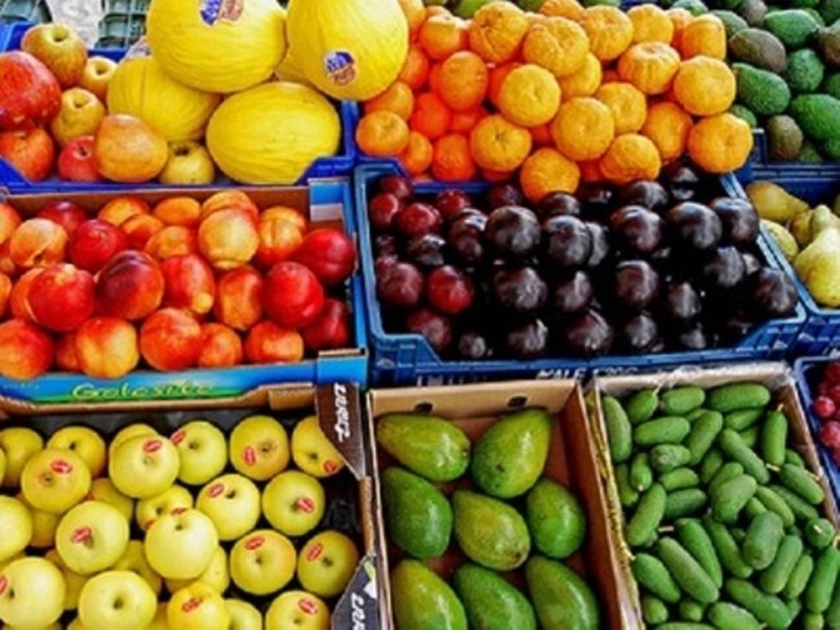 Frutas y verduras en un comercio.
