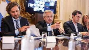 Alberto Fernández (centro) decretó una cuarentena total en la que solo se permite la circulación de personas que trabajan en sectores esenciales.