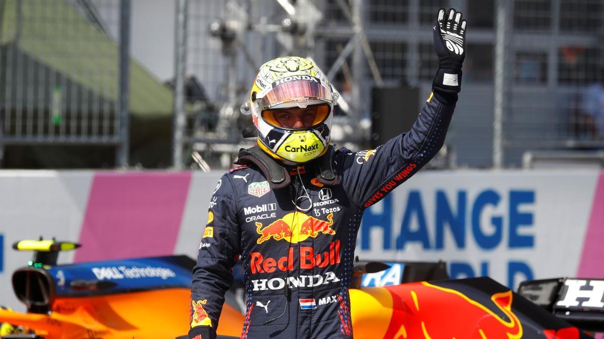 Max Verstappen saluda a los aficionados tras lograr la 'pole' en el GP de Austria.