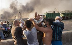 Evacuación de un herido durante la explosión del puerto de Beirut.