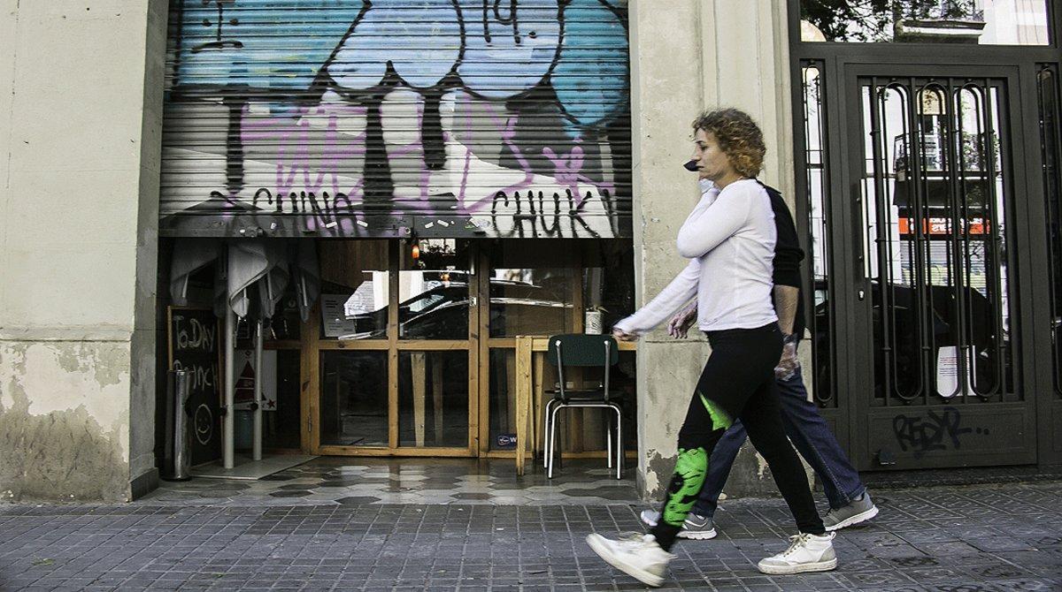 Un comercio del barrio de Sant Antoni de Barcelona con la persiana medio bajada, el 14 de abril.