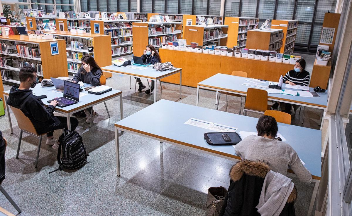 Usuarios en la Biblioteca Pompeu Fabra de Mataró.