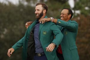 Dustin Johnson recibe la chaqueta verde de ganador del Masters de Tiger Woods, campeón en el 2019