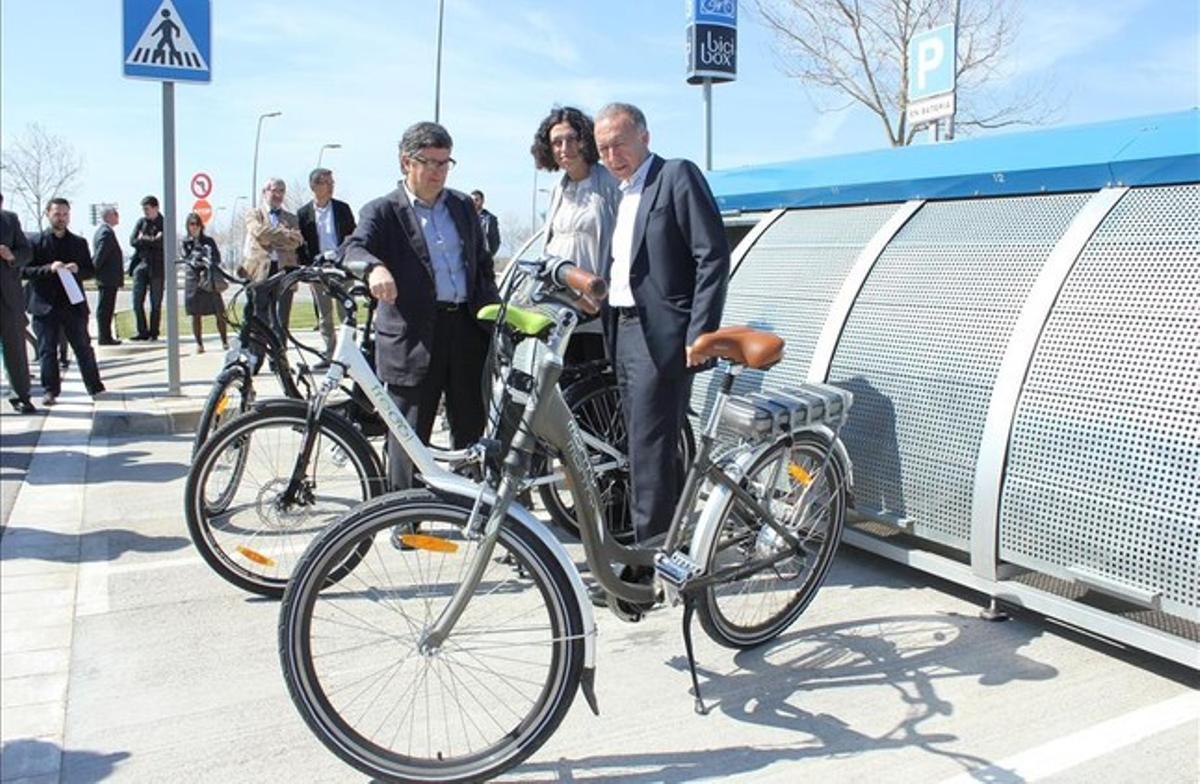 Tejedor, Corrochano y Poveda junto a uno de los nuevos aparcamientos seguros y gratuitos de bicis del aeropuerto de El Prat.