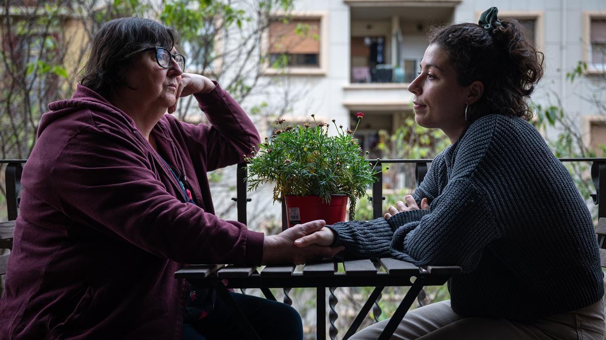 Teresa Trullén, con su hija, en el piso de Sant Antoni que alquiló unos días a turistas y por el que afronta una multa de 60.001 euros.