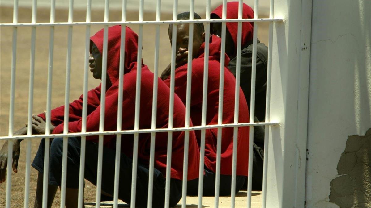 Un grupo de inmigrantes, en el centro de internamiento de extranjeros de El Matorral, en Fuerteventura, el 26 de junio del 2004.