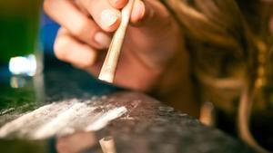 Esnifando cocaína.