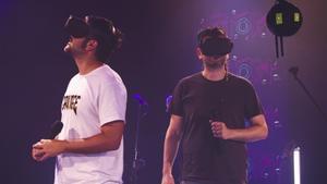 Estopa, con las gafas que permiten la experiencia completa de su concierto 'Estopa 360'.