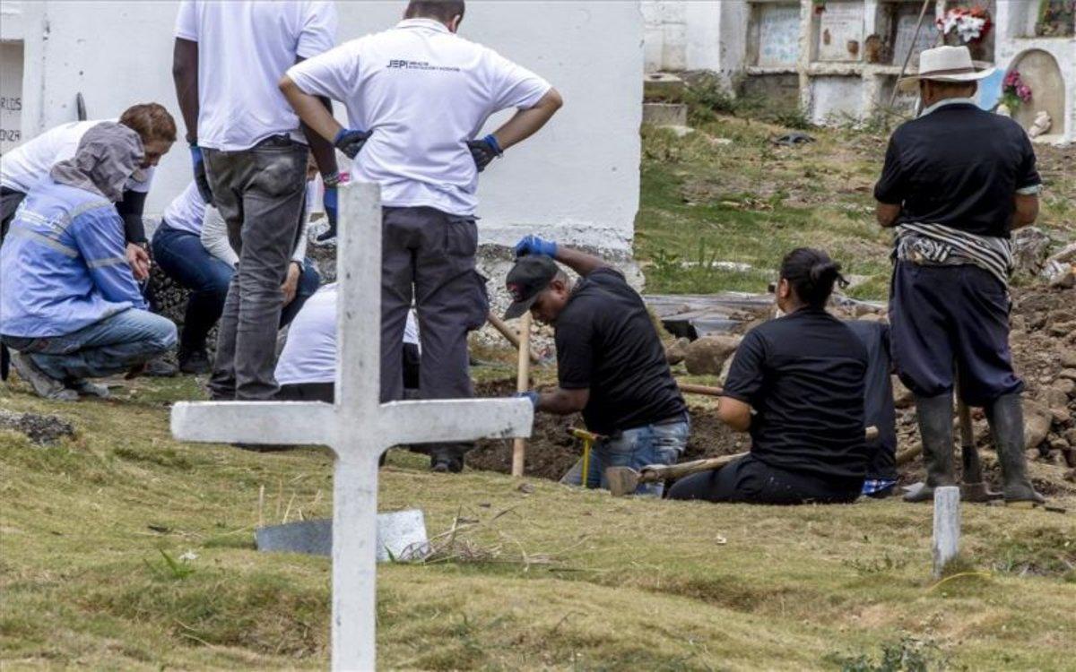 Autoridades en Colombiaexhuman un cuerpo de una fosa donde hay falsos positivos.