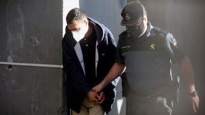 Uno de los tres encarcelados por el crimen de Samuel Luiz, a su llegada a los juzgados.