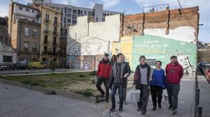 Un grupo de vecinos en la plaza de Uri Caballero, en el barrio de Vallcarca.