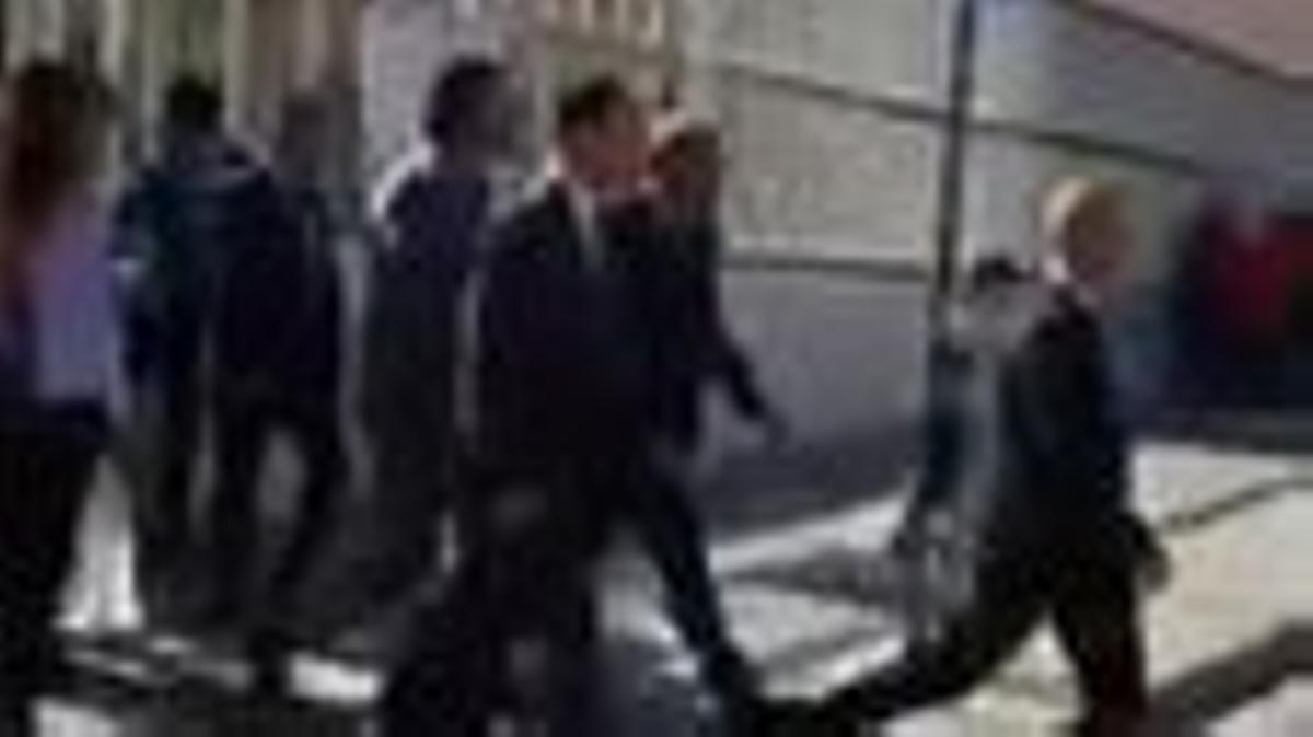 El president de la Generalitat, Quim Torra, saliendo abucheado en el IES El Palau en Sant Andreu de la Barca.