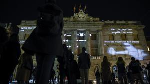 'Mapping' en la fachada del Ayuntamiento de Barcelona para conmemorar el 80º aniversario de los bombardeos de marzo de 1938.