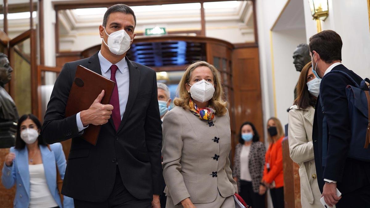 Pedro Sánchez y Nadia Calviño, a su llegada al Congreso.