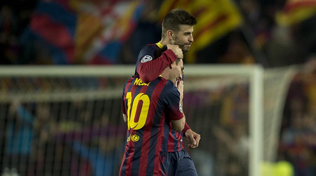 Piqué felicita a Messi camino del túnel de vestuarios tras sellar el pase a cuartos de la Champions ante el City.