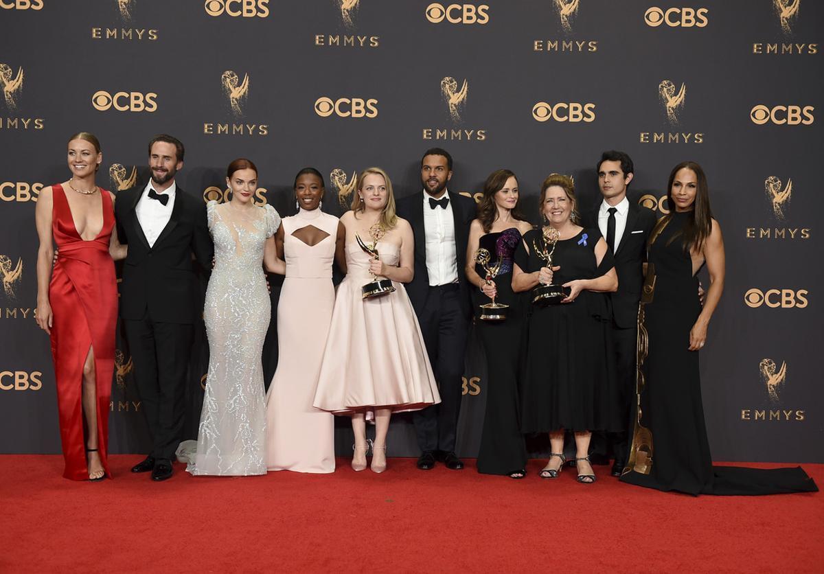 El equipo de 'The Handmaid's Tale' al completo posa con los premios Emmy obtenidos en la gala.