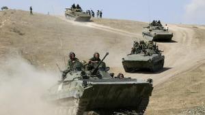 Militares rusos realizan maniobras.