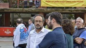Baños i Gabriel Rufián 8 El candidat de la CUP i el membre de Súmate, a la plaça Sóller de Barcelona.