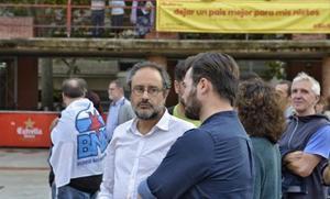 Baños y Gabriel Rufián 8 El candidato de la CUP y el miembro de Súmate, en la plaza Sóller de Barcelona.