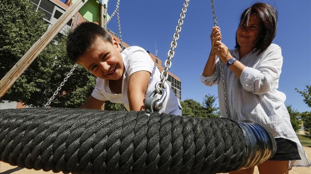 Gonzalo, un niño de siete años, diagnosticado con un trastorno del lenguaje, juega en un parque con su madre, Susana.