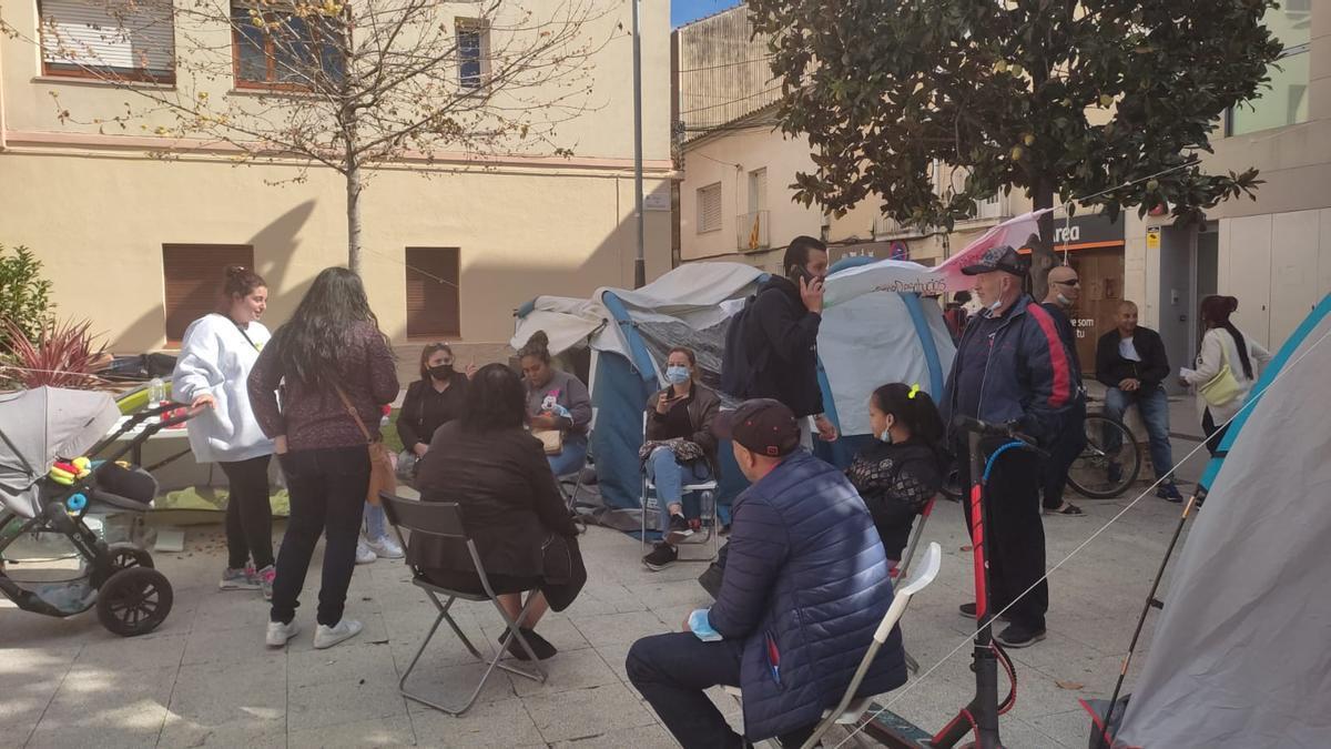 Miembros de la PAH Rubí acampan en la plaza Pere Aguilera