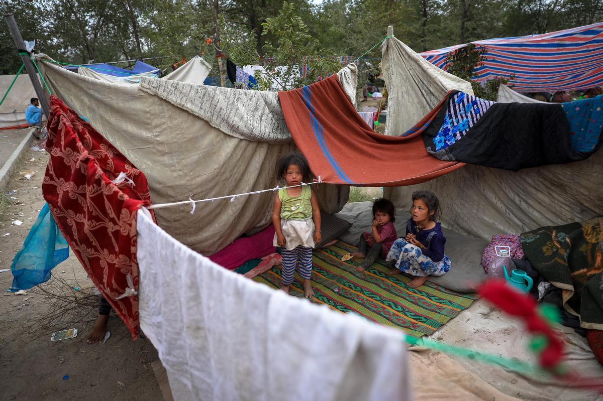 Desplazados afganos del norte del país tras huir de los combates entre los talibanes y el Ejército afgano el pasado 14 de agosto.