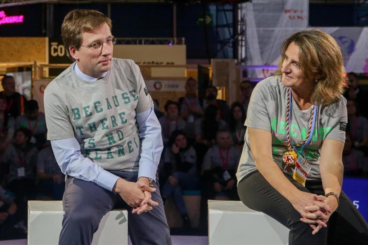 El alcalde de Madrid, José Luis Martínez-Almeida, y la ministra para la Transición Ecológica en funciones, Teresa Ribera, en la COP25.