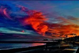 Impresionante puesta de sol, con una capa de cirros o nubes altas, en Barcelona.