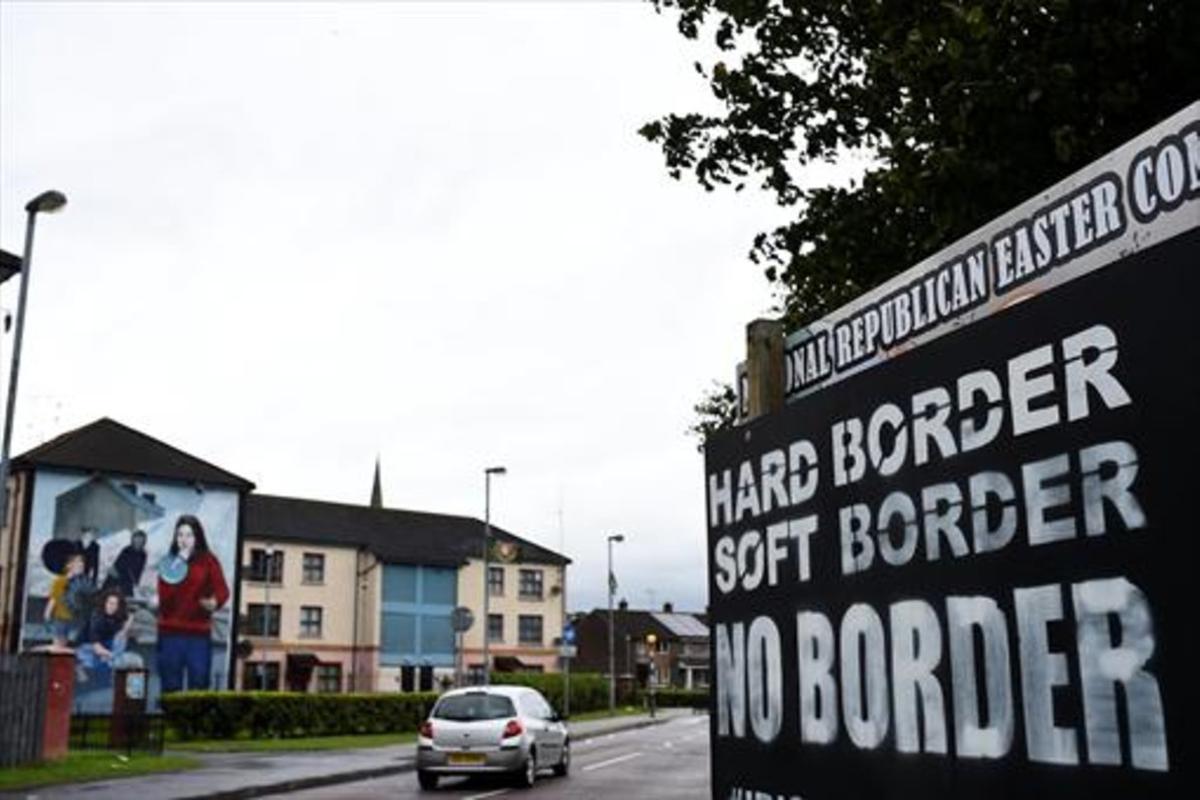Un cartel con la leyenda 'Frontera dura, frontera blanda, ninguna frontera' en Derry, en Irlanda del Norte.