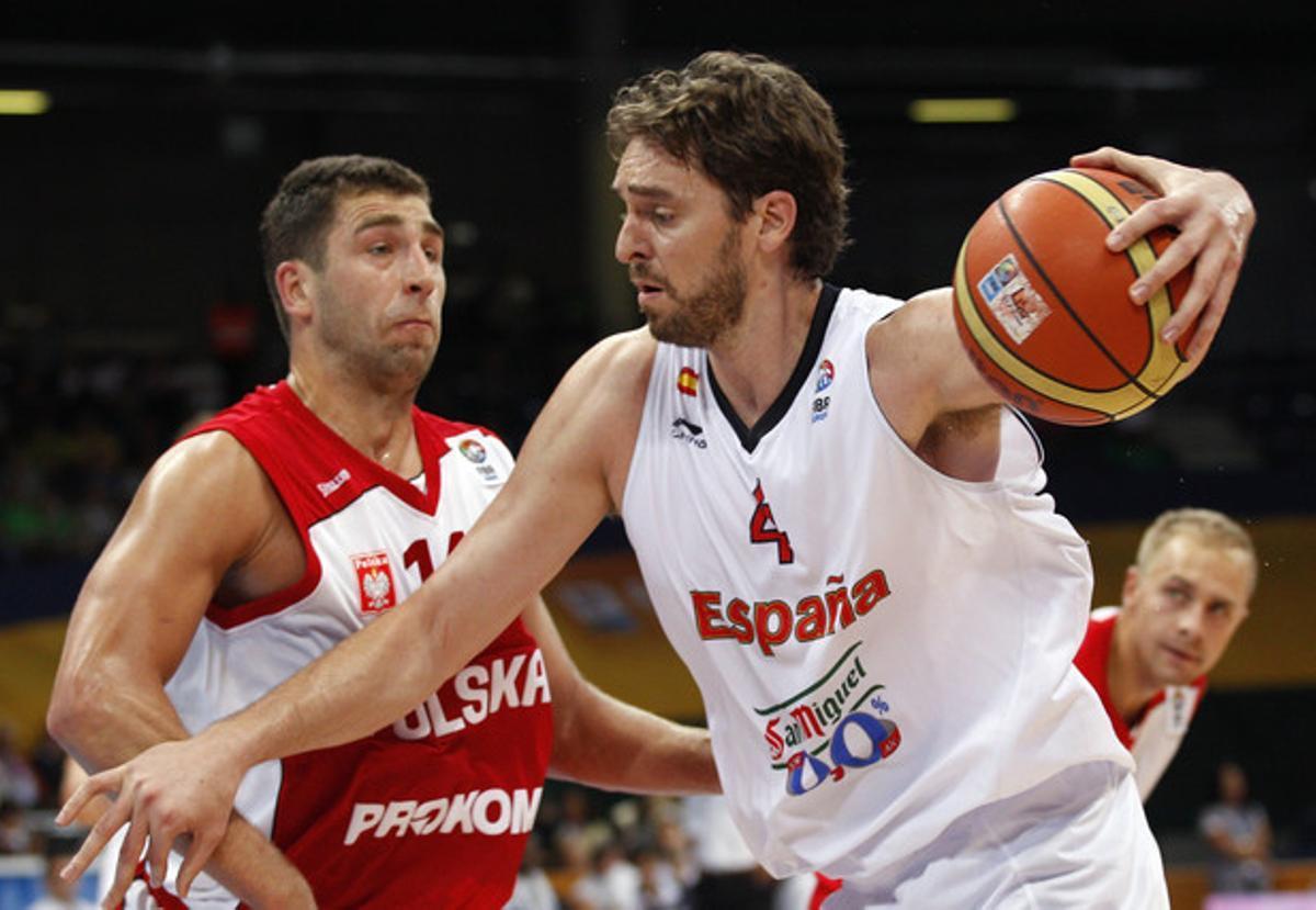 Paul Gasol frente al polaco Adam Hrycaniuk en el EuroBasket 2011.