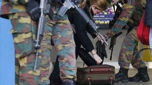Una mujer abre su maleta en Bruselas.
