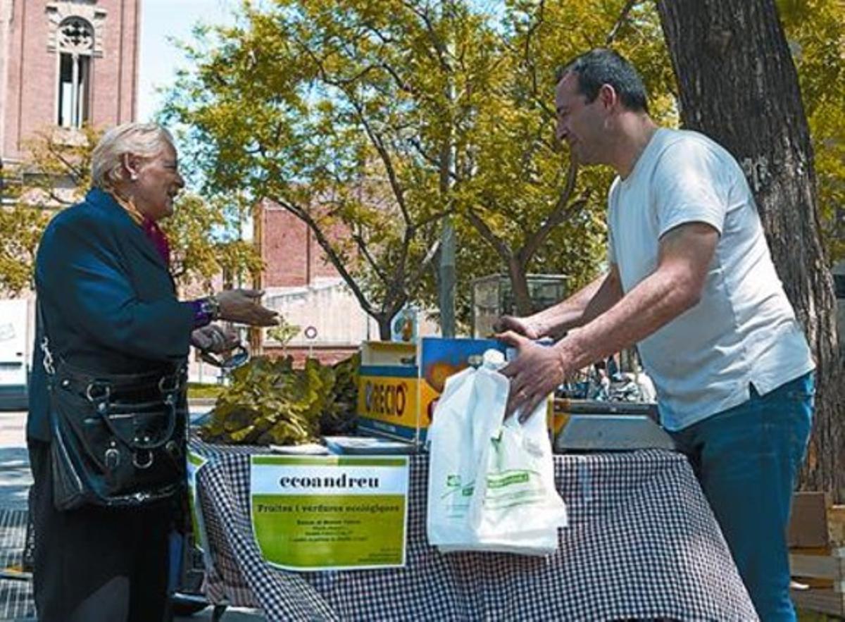 Un vendedor ofrece sus productos a una vecina en la plaza de Orfila.